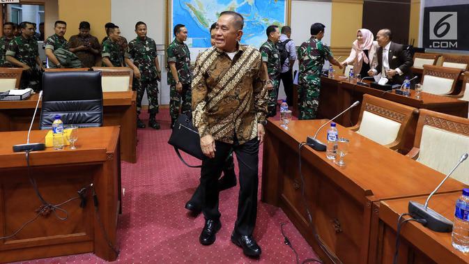 Menteri Pertahanan Ryamizard Ryacudu bersiap megikuti Rapat Kerja (Raker) dengan Komisi I DPR di Kompleks Parlemen, Senayan, Jakarta, Senin (22/10). Raker tersebut membahas anggaran pertahanan untuk Tahun Anggaran 2019. (Liputan6.com/Johan Tallo)#source%3Dgooglier%2Ecom#https%3A%2F%2Fgooglier%2Ecom%2Fpage%2F%2F10000