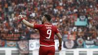Striker Persija Jakarta, Marko Simic, merayakan gol yang dicetaknya ke gawang Sriwijaya FC pada laga Liga 1 di Stadion Wibawa Mukti, Jawa Barat, Sabtu (24/11). Persija menang 3-2 atas Sriwijaya. (Bola.com/Yoppy Renato)