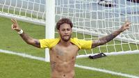 Pemain Brasil, Neymar melakukan selebrasi usai mencetak gol ke gawang Austria dalam laga persahabatan di Stadion Ernst Happel, Wina, Austria, Minggu (10/6). Brasil melumat Austria dengan skor 3-0. (HANS PUNS/APA/AFP)