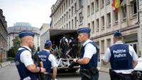 Polisi berjaga di lokasi serangan golok terhadap tentara di Brussels, Belgia. (AP)