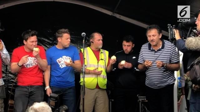 Festival Newent Onion Fayre menggelar kompetisi makan bawang mentah. Seorang pria berhasil menjadi pemenang setelah menghabisakan bawang 0,2 kg dalam waaktu 45 detik.
