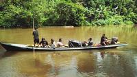 Polisi dan petugas menyalurkan logistik Pilkada dengan bertaruh nyawa di sungai menggunakan sampan tanpa motor agar hak masyarakat terpenuhi. (foto : Liputan6.com / M Syukur)
