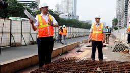 Direktur Konstruksi MRT, M Nasyir (kiri) memberikan penjelasan kepada Kabid Manajemen & Rekayasa Lalin Dishub Pemprov DKI Jakarta, Massdes Arouffy saat meninjau proyek MRT di Kawasan Sudirman, (28/5/2014). (Liputan6.com/Andrian M Tunay)