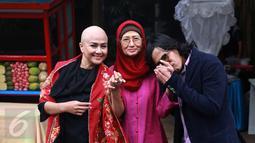 Artis senior Ria Irawan foto bersama dengan ibundanya, Ade Irawan dan suami, Mayky Wongkar merayakan pernikahannya di kediamannya di Lebak Bulus, Jakarta, Jumat (23/12). (Liputan6.com/Herman Zakharia)