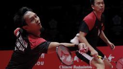 Ganda putra Indonesia, Mohammad Ahsan / Hendra Setiawan, saat melawan ganda Jepang, Hiroyuki Endo / Yuta Watanabe, pada BWF World Tour di Tianhe Sports Center, Guangzhou, Minggu (15/12/2019). Ahsan / Hendra menang 24-22 dan 21-19. (AP/Andy Wong)