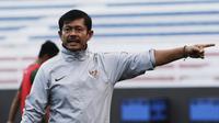 Pelatih Timnas Indonesia U-22, Indra Sjafri, memberikan instruksi saat latihan di Stadion Rizal Memorial, Manila, Senin (25/11). Latihan ini persiapan jelang laga SEA Games 2019 melawan Thailand. (Bola.com/M Iqbal Ichsan)