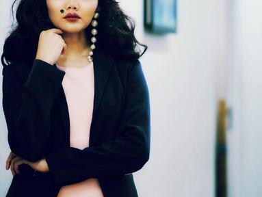 Beberapa waktu silam, Rina Nose menjadi pusat perhatian publik setelah ia memutuskan untuk melepas hijabnya. Tak ayal keputusannya itu pun membuatnya dihujani komentar-komentar pedas dari warganet. (Foto: instagram.com/rinanose16)