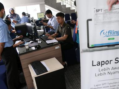 Petugas melayani masyarakat yang ingin melaporkan SPT di Kantor Direktorat Jenderal Pajak (DJP) di Jakarta, Rabu (11/3/2020). DJP menargetkan pelaporan SPT tahun ini bisa mencapai 15,2 juta atau sekitar 80 persen wajib pajak yang wajib melaporkan pembayaran pajaknya. (Liputan6.com/Angga Yuniar)