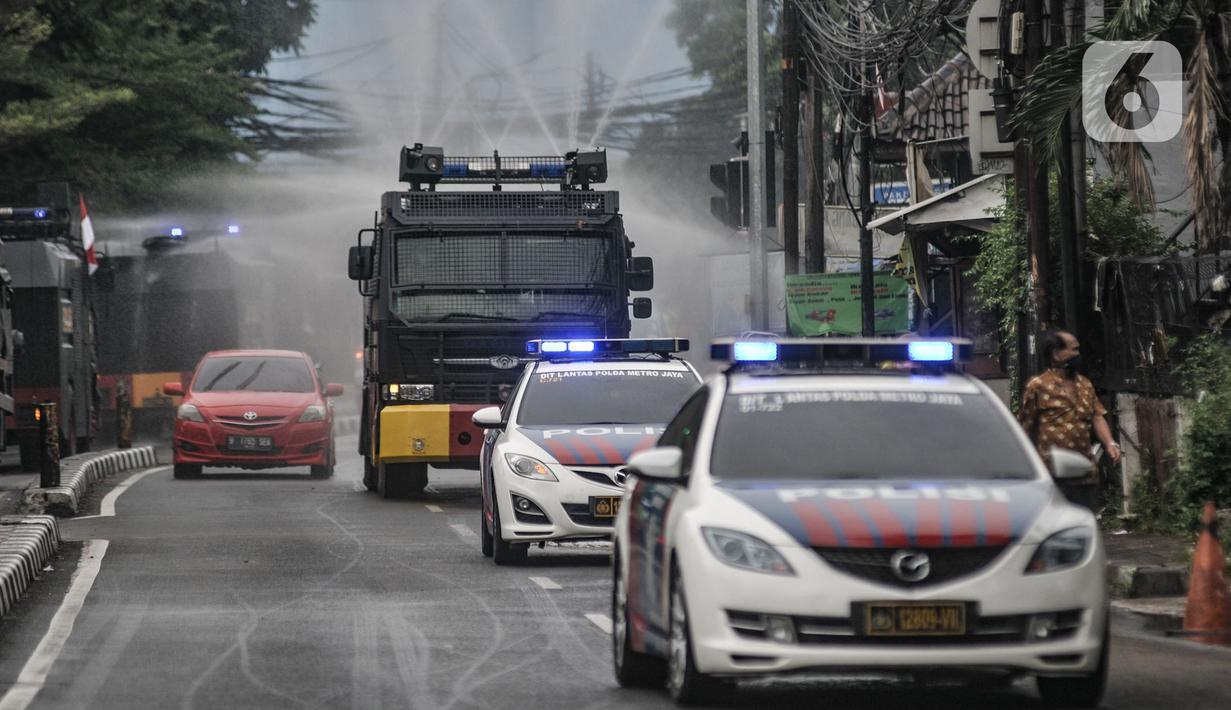 Kendaraan meriam air menyemprotkan disinfektan di Petamburan, Jakarta, Minggu (22/11/2020). Penyemprotan guna mencegah penyebaran Covid-19 setelah ditemukannya kasus positif di kawasan tersebut pasca kerumunan massa saat kepulangan dan pernikahan putri Rizieq Shihab. (merdeka.com/Iqbal S. Nugroho)