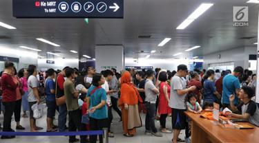 Warga antre untuk menaiki kereta Moda Raya Terpadu (MRT)  pada libur lebaran 2019 di Stasiun MRT Bundaran HI, Jakarta, Kamis (6/6/2019). Libur Hari Raya Idul Fitri dijadikan momen bagi warga Jakarta untuk mencoba MRT, meski sudah tak gratis lagi. (Liputan6.com/Johan Tallo)