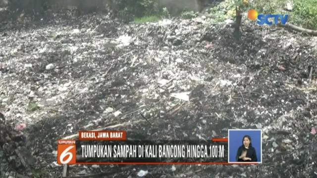Kali Bancong di Kampung Pejuang, Bekasi, Jawa Barat, tertutup tumpukan sampah sepanjang 100 meter.