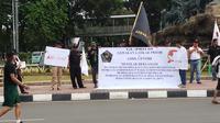 Sejumlah warga menggalang dana dalam Car Free Day (CFD) di Patung Kuda Thamrin, untuk menolak reklamasi Jakarta. (Liputan6.com/Anendya Niervana)