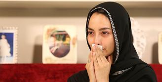 Ririn Ekawati berusaha ikhlas melepas kepergian suaminya, Fery Wijaya. Beberapa kali, ia mengusap air matanya ketika  berbincang dengan Bintang.com. Kemesraan begitu cepat berlalu membuatnya berat. (Bambang E. Ros/Bintang.com)
