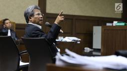 Mantan TBH KKSK, Todung Mulya Lubis menjawab pertanyaan saat menjadi saksi pada sidang dugaan korupsi penerbitan SKL BLBI dengan terdakwa, Syafruddin Arsyad Temenggung di Pengadilan Tipikor, Jakarta, Kamis (19/7). (Liputan6.com/Helmi Fithriansyah)
