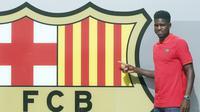 Bek anyar Barcelona, Samuel Umtiti, saat sesi pengenalan di depan media, di Barcelona (14/7/2016). Barcelona tak akan jor-joran dalam bursa transfer musim panas tahun ini.  (EPA/Andreu Dalmau)