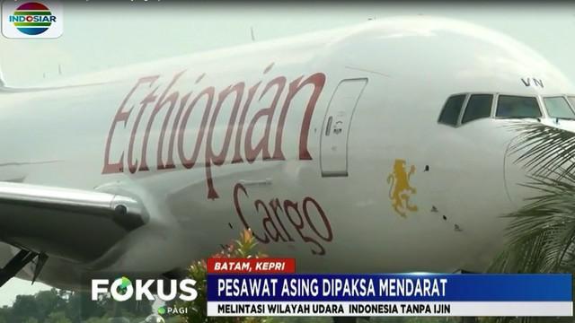 Dengan menggunakan dua pesawat tempur F 16 milik TNI Angkatan Udara, pesawat kargo ini digiring menuju Bandara Internasional Hang Nadim Batam.