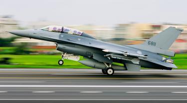 "Pesawat jet tempur tipe F-16 buatan AS milik Angkatan Udara Taiwan melakukan pendaratan di jalan raya dalam rangkaian latihan militer ""Han Kuang"" di wilayah selatan Changhua, Selasa (27/5/2019). Latihan perang itu sebagai simulasi untuk mengantisipasi serangan China. (Military News Agency via AP)"