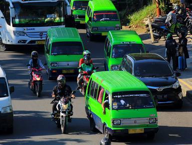 Sejumlah angkutan kota (angkot) berhenti di Jalan Raya Pajajaran tepatnya di depan Botani Square, Bogor, Jawa Barat, Senin (2/3/2020). Pemerintah Kota Bogor akan mengurangi unit angkot dari 1.270 unit menjadi 635 unit angkot di bogor.  (merdeka.com/magang/Muhammad Fayyadh)
