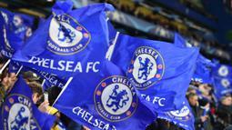 Suporter Chelsea memberikan dukungan saat melawan Barcelona pada laga Liga Champions di Stadion Stamford Bridge, London, Selasa (20/2/2018). Hingga babak pertama usai kedudukan masinh imbang 0-0. (AFP/Glyn Kirk)