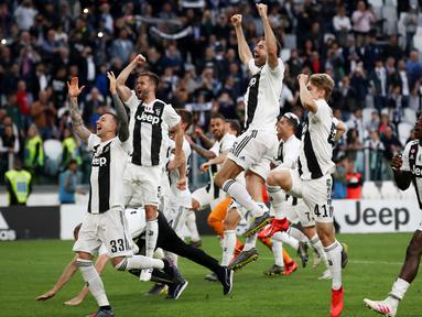 Para pemain Juventus merayakan gelar juara Serie A 2019 usai menaklukkan Fiorentina di Stadion Juventus, Sabtu (20/4). Juventus menang 2-1 atas Fiorentina. (AFP/Isabella Bonotto)