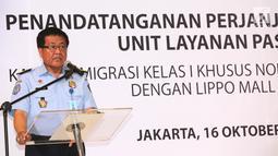 Kepala Kantor Imigrasi Kelas I Khusus Jakarta Barat, Lumaksono memberi sambutan pada pembukaan gerai layanan paspor pertama se-Indonesia di Lippo Mall Puri, Jakarta, Selasa (16/10). (Merdeka.com/Arie Basuki)