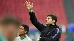 Pelatih Tottenham Hotspur, Mauricio Pochettino, saat sesi latihan jelang laga semifinal Liga Champions di Stadion Johan Cruyff, Rabu (8/5). Tottenham Hotspur akan menghadapi Ajax Amsterdam. (AFP/Emmanuel Dunand)