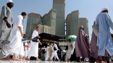 Umat muslim berdoa ketika mereka mengelilingi Kakbah di Masjid al-Haram menjelang puncak pelaksanaan ibadah haji di kota suci Makkah, Arab Saudi pada Senin (5/8/2019). Ibadah haji menjadi pertemuan tahunan umat manusia terbesar di dunia.  (AP Photo/Amr Nabil)