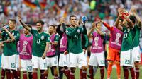 Pemain Mexico, Rafael Marquez (tengah) dan rekan-rekannya merayakan kemenangan usai pertandingan Grup F antara Jerman dan Meksiko di Piala Dunia 2018 di Stadion Luzhniki, Moskow, Rusia, Minggu (17/6). (AP Photo/Antonio Calanni)