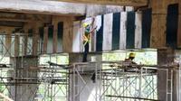 Perbaikan di Jembatan Cisomang. (Liputan6.com/Abramena)