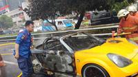 Mobil sport terbakar di ruas tol Slipi. (Merdeka.com/Nur Habibie)