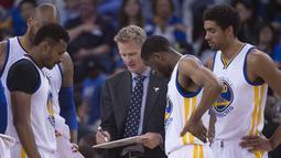 Pelatih Warriors, Steve Kerr memberikan instruksi kepada pemainnya saat melawan Philadelphia 76ers pada lanjutan NBA di Oracle Arena, Minggu (27/3/2016). Warriors menang atas 76ers 117-105. (Mandatory Credit: Kyle Terada-USA TODAY Sports)