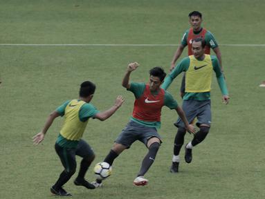 Pemain Timnas Indonesia U-23, Hanif Sjahbandi, saat latihan di Lapangan ABC Senayan, Jakarta, Rabu (25/4/2018). Latihan tersebut dalam rangka persiapan Anniversary Cup 2018. (Bola.com/M Iqbal Ichsan)