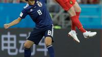 Pemain timnas Belgia, Kevin De Bruyne melompat untuk merebut bola dari pemain Jepang, Genki Haraguchi pada 16 besar Piala Dunia 2018 di Rostov Arena, Selasa (3/7). Belgia lolos ke perempat final setelah mengalahkan Jepang 3-2. (AP/Natacha Pisarenko)