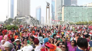 Ratusan emak-emak dari masyarakat pencinta kebaya dan sarung Indonesia saat mengikuti parade di Bundaran HI, Jakarta, Minggu (28/7/2019). Parade tersebut bertujuan untuk mengajak masyarakat agar mencintai busana tradisional khas Indonesia. (Liputan6.com/Angga Yuniar)