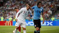 Penyerang Portugal, Cristiano Ronaldo membantu Penyerang Uruguay, Edinson Cavani yang Cedera keluar lapangan saat pertandingan babak 16 besar Piala Dunia 2018 di Stadion Fisht di Sochi, Rusia (30/6).  (AP Photo/Francisco Seco)
