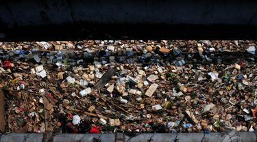 Tumpukan Sampah Penuhi Aliran Kali BKB