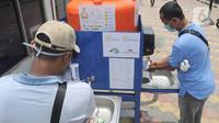 Warga menggunakan fasilitas tempat cuci tangan atau wastafel portabel di Pasar Bogor, Jalan Suryakencana, Kota Bogor, Sabtu (29/3/2020). Wastafel portabel itu sebagai upaya meningkatkan perilaku hidup bersih dan sehat (PHBS) juga mencegah penyebaran pandemi virus Corona. (merdeka.com/Arie Basuki)