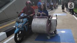 Penyandang disabilitas seusai memarkirkan kendaraan pada area parkir khusus di Stasiun MRT Lebak Bulus, Jakarta, Kamis (20/02/202020). Mulai hari ini penyandang disabilitas pengguna MRT dapat memarkirkan kendaraan mereka secara gratis di lokasi yang disediakan pihak MRT. (merdeka.com/Arie Basuki)