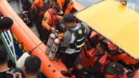 Tim Basarnas menyiapkan operasi penyelaman untuk mencari korban pesawat Lion Air JT- 610 di perairan Karawang, Jawa Barat, Rabu (31/10). Hingga hari ketiga, pencari korban jatuhnya Lion Air JT-610 terus dilakukan. (Liputan6.com/Helmi Fithriansyah)