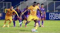 Pemain Bhayangkara FC, Ezechiel N'Douassel melepaskan tendangan penalti saat melawan Persik Kediri pada laga pekan kelima BRI Liga 1 di Stadion Madya, Jakarta, Rabu, (29/9/2021). (Bola.com/M Iqbal Ichsan)