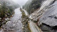 Hujan deras yang menyelimuti California Utara menciptakan bahaya longsor dan banjir di tanah yang hangus di zona Kebakaran Dixie pada Minggu, 24 Oktober 2021 (AP Photo)