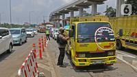 Petugas memeriksa kendaraan yang memasuki Jakarta pada penerapan PSBB di gerbang pintu Tol Pasar Rebo 2, Jakarta, Jumat (10/4/2020).  Petugas juga mengimbau agar menjaga jarak untuk menghindari penularan COVID-19 sesuai Peraturan Menteri Kesehatan Nomor 9 tahun 2020. (Liputan6.com/Herman Zakharia)