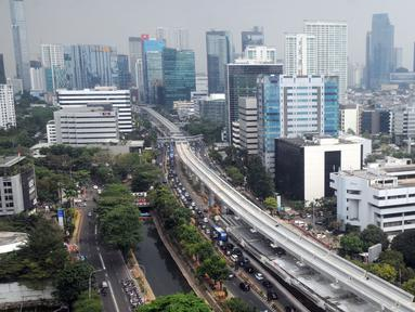 Proyek pembangunan Light Rail Transit (LRT) Jabodebek terlihat di Jalan Kuningan, Jakarta, Jumat (11/10/2019). Jalur yang akan menghubungkan Jakarta, Bogor, Depok, dan Bekasi tersebut ditargetkan akan rampung pada tahun 2021. (merdeka.com/Dwi Narwoko)