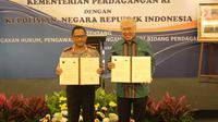 Menteri Perdagangan Enggartiasto Lukita (kanan) bersama Kapolri Tito Karnavian menunjukkan berkas penandatanganan kerja sama di Jakarta, Senin (8/1). (Liputan6.com/Angga Yuniar)