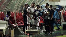 Usai peluit panjang dibunyikan, Andritany yang melihat kejadian tersebut sontak lari dari gawang dan langsung menghampiri Marko Simic yang sedang dilerai oleh rekan satu timnya. (Foto: Bola.com/Ikhwan Yanuar)