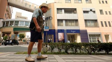 Mantan petinju profesional Jepang, Iwao Hakamada (82) yang dijatuhi hukuman mati, berjalan di Hamamatsu, Prefektur Shizuoka, 28 Agustus 2018.  Sejak divonis hukuman mati, Hakamada sudah menanti pelaksanaan eksekusinya selama 50 tahun. (KAZUHIRO NOGI/AFP)