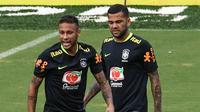 Pemain Brasil, Neymar dan Dani Alves saat mengikuti sesi latihan jelang laga kualifikasi piala dunia 2018 di Barranquilla, Kolombia, Senin (4/9/2017). Brasil akan berhadapan dengan Kolombia. (AFP/Luis Acosta)
