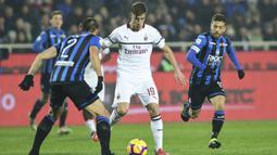 Striker AC Milan, Krzysztof Piatek, berusaha melewati hadangan bek Atalanta, Rafael Toloi, pada laga Serie A di Stadion Atleti Azzurri d'Italia di Bergamo, Sabtu (16/2). Atalanta kalah 1-3 dari Milan. (AFP/Miguel Medina)