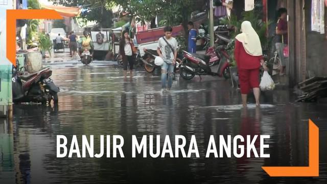 Banjir masih melanda kawasan Muara Angke. Kerusakan pompa pintu air diduga menjadi penyebab belum surutnya banjir.