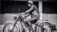 Tak melulu mengendarai motor gede modern, dirinya juga cukup sering naik motor klasik. Meski demikian penampilannya saat pakai jaket kulit dan lengkap dengan helm tetap memesona. (Liputan6.com/IG/@fandych)
